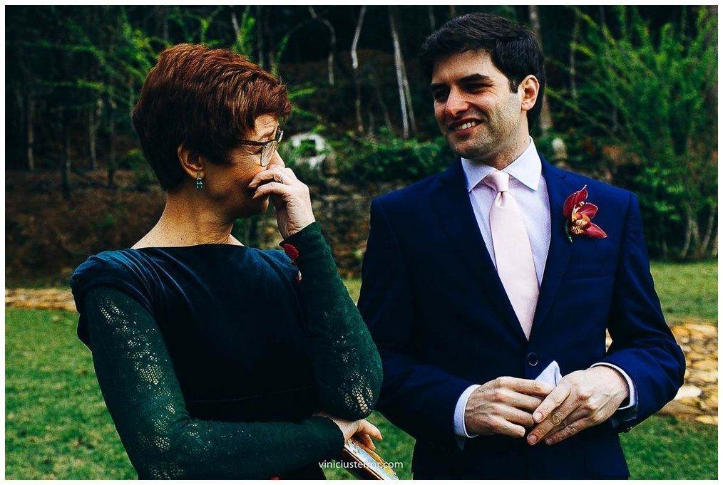 mãe do noivo emocionada