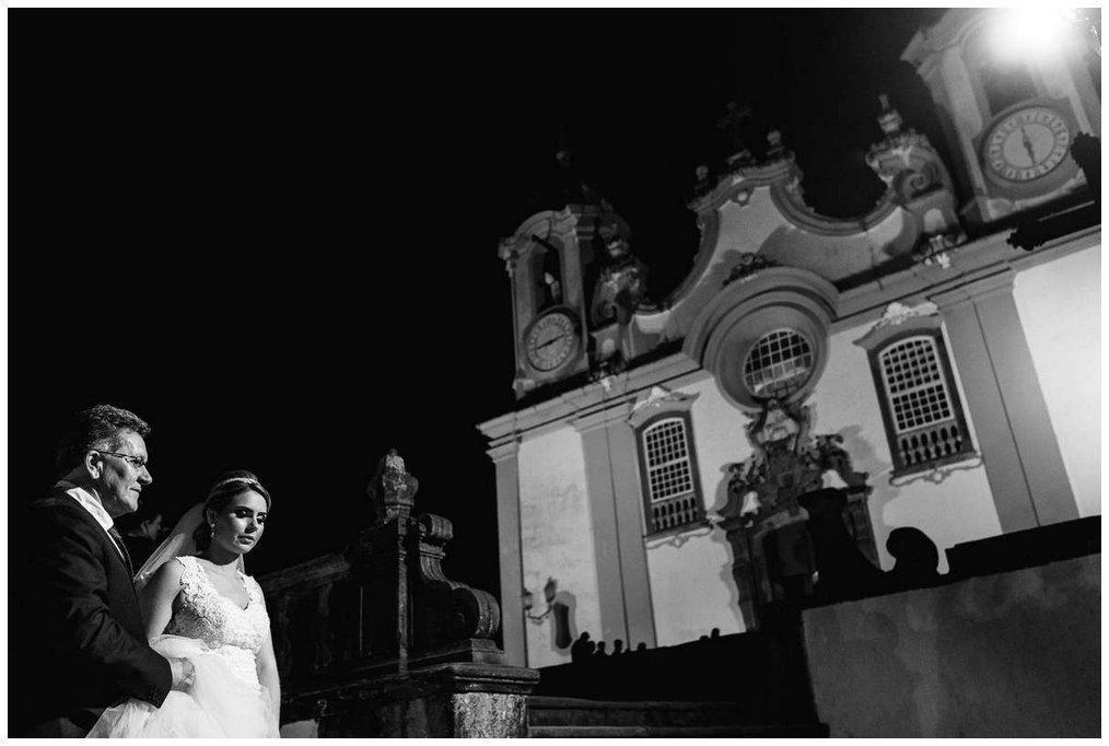 noiva chegando na matriz de santo antonio em tiradentes
