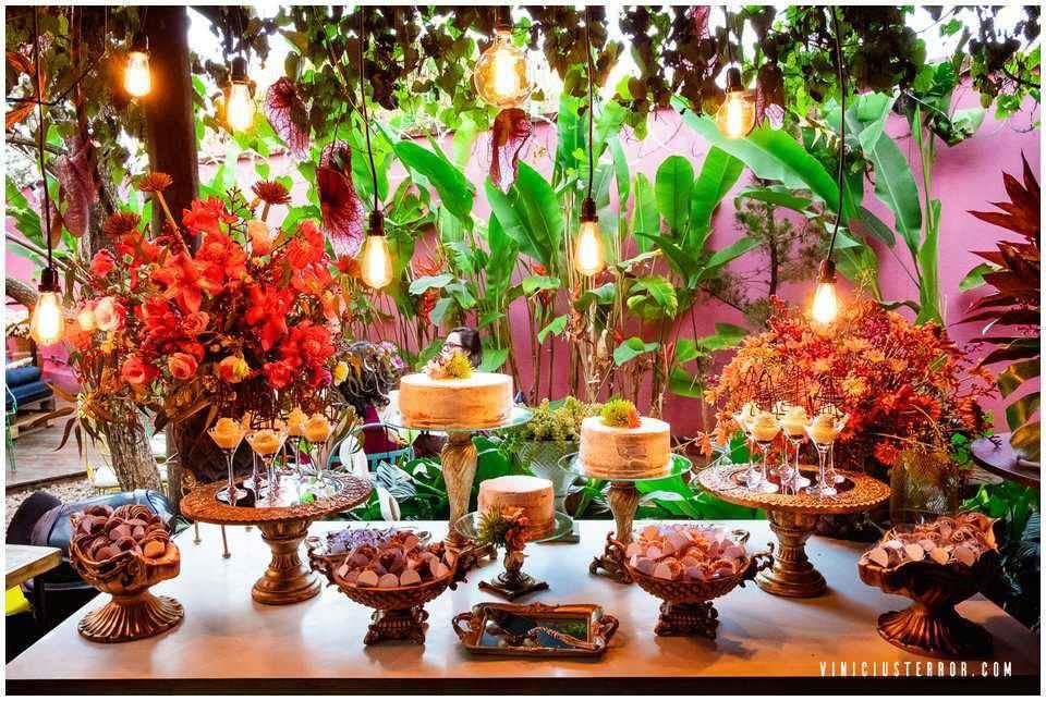 mesa de bolo moderna para casamento ao ar livre